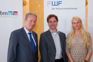 Wittgenstein-Preisträger Univ.-Prof. Dr. Josef Penninger (Bildmitte) mit Wissenschaftsminister Dr. Reinhold Mitterlehner und FWF-Präsidentin Dr. Pascale Ehrenfreund. (© Tom Wag)