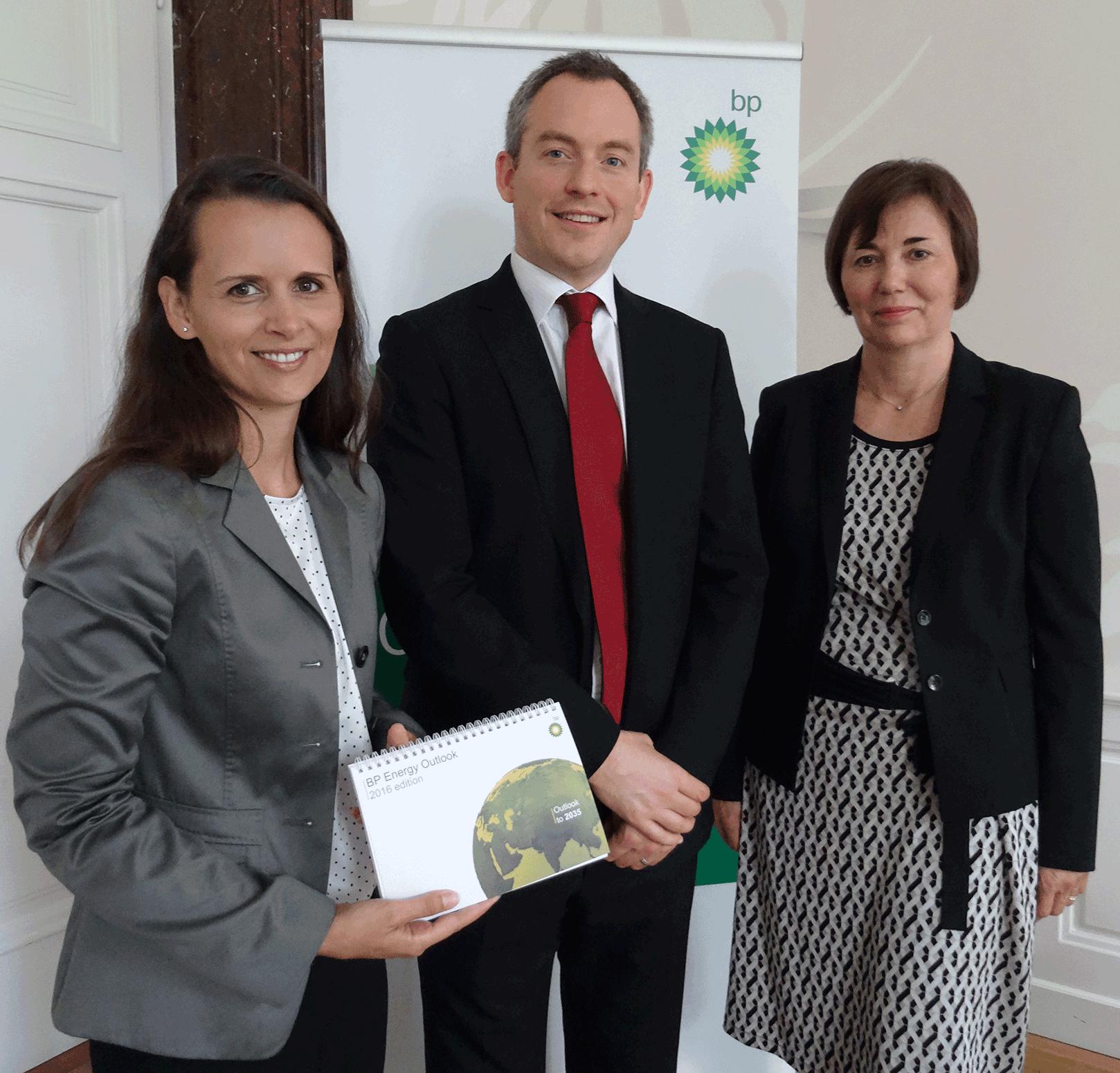 Präsentierten in Wien die 65. Ausgabe des BP Statistical Review of World Energy June 2016 und den BP Energy Outlook 2035 (vrnl): Gerlinde Hofer (BP Europa SE/BP Austria), Richard de Caux (BP p.l.c. London), Melanie Milchram-Pinter (BP Europa SE/BP Austria).