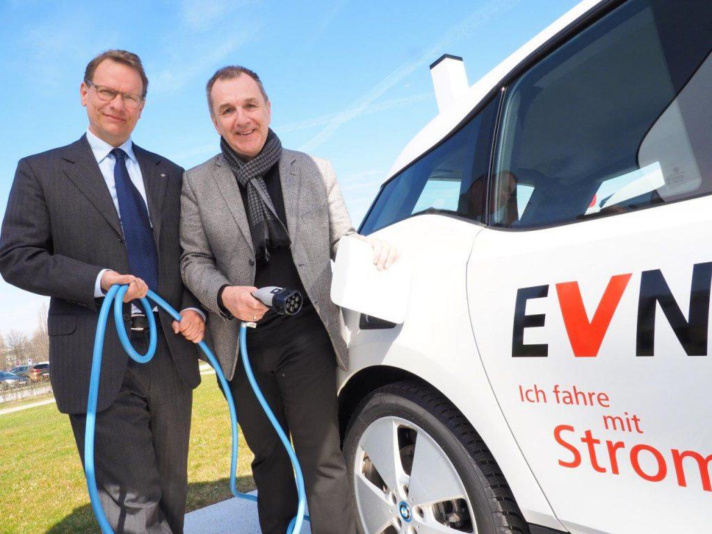 Stefan Szyszkowitz (li), Vorstandssprecher des vollintegrierten niederösterreichischen Energiekonzerns EVN, übergibt Rupert Dworak, Bürgermeister von Ternitz, die Schlüssel für einen BMWi3, der aktuell zu den weltweit führenden Top-Modellen im Segment der batteriebetriebenen Elektromobilen zählt.