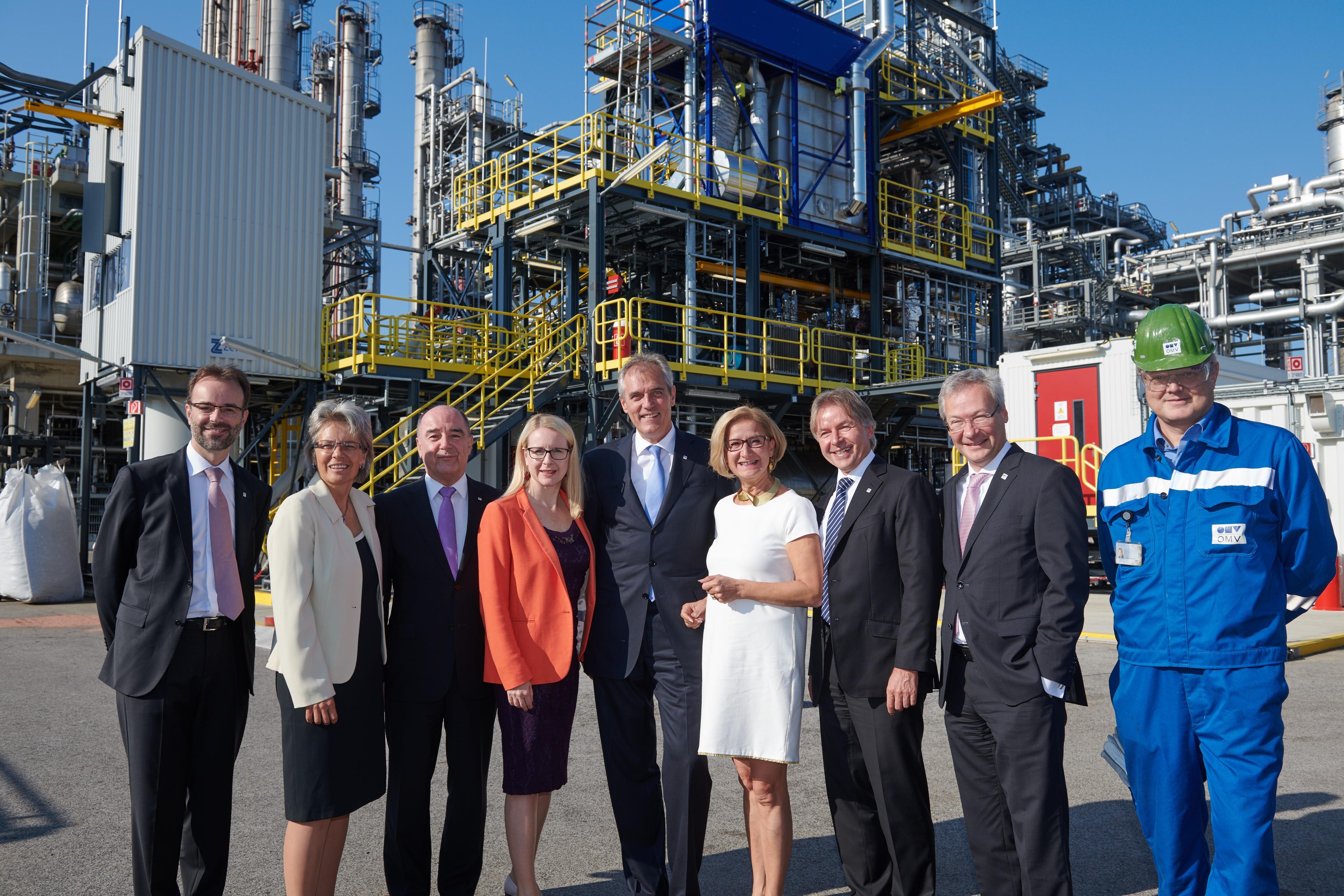 Vorstand und Wissenschaftler der OMV präsentierten gemeinsam mit Vertreterinnen aus der Landes- und Bundespolitik die ReOil Altkunststoff-Recyclinganlage in der OMV Raffinerie Schwechat