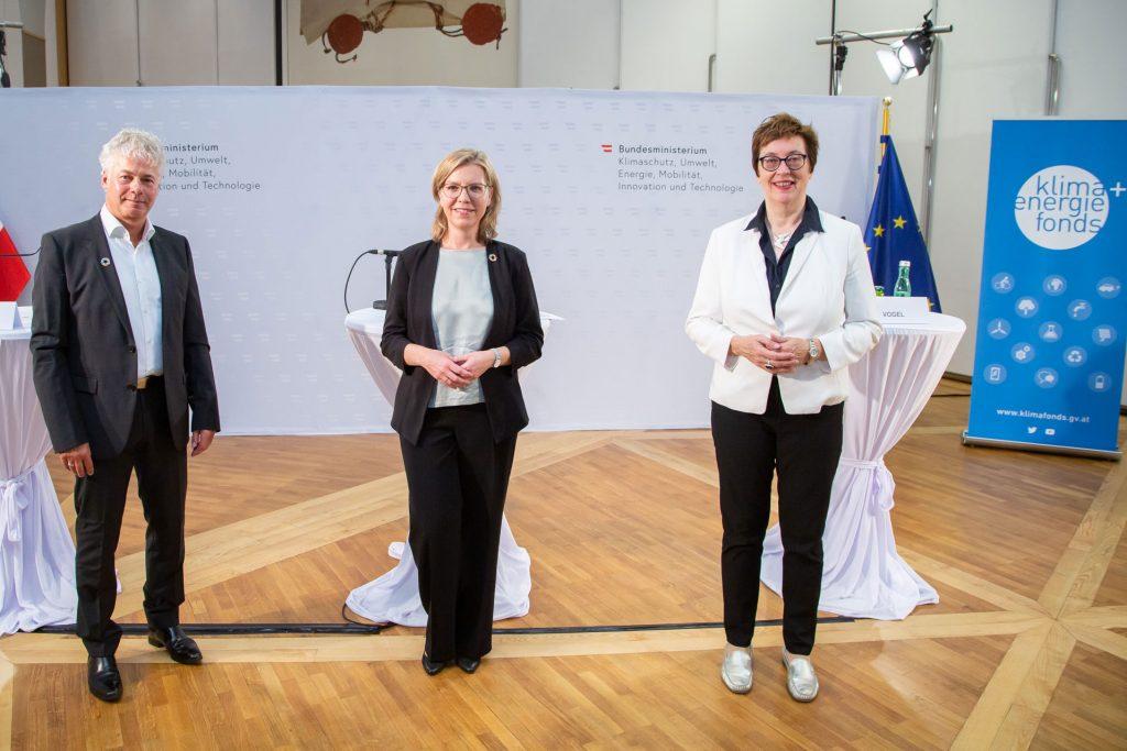 Klima- und Energiefonds-Geschäftsführer Ingmar Höbarth, Klimaschutzministerin Leonore Gewessler und Klima- und Energiefonds-Geschäftsführerin Theresia Vogel