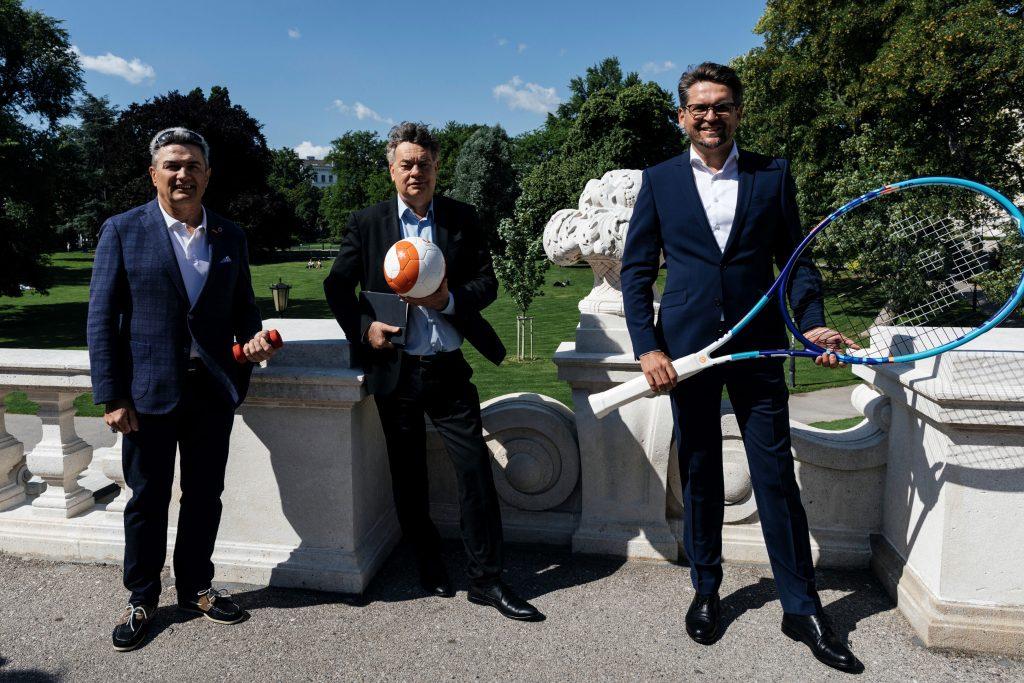 Hermann Krist (ASKÖ-Präsident), Werner Kogler (Vizekanzler und Sportminister) und Peter Lehner (Vorsitzender der Konferenz der Sozialversicherungsträger)