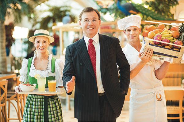 Landzeit Gastgeber Wolfgang Rosenberger mit Mitarbeiterin und Mitarbeiter
