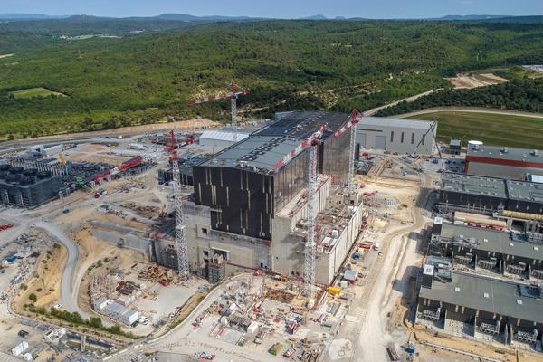 Baustelle mit Kränen vom Kernforschungszentrum in Iter