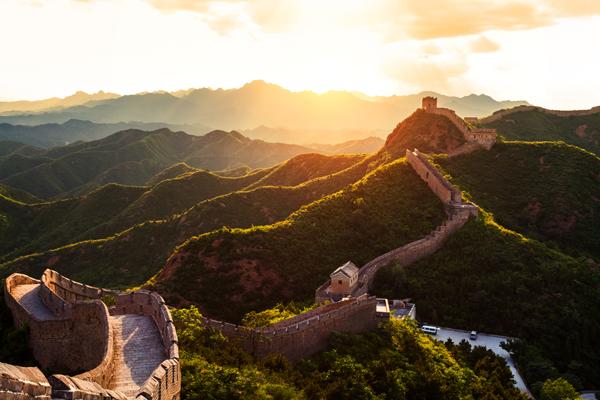 Chinesische Mauer mit rötlicher Lichtstimmung