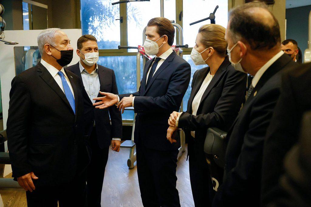 Bundeskanzler Sebastian Kurz in der Mitte, rund um ihn stehen die dänische Amtskollegin Mette Frederiksen, Israels Premierminister Benjamin Netanjahu und einige andere Personen.