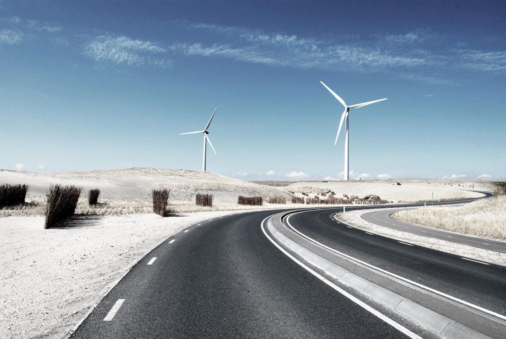 Landschaft mit Straße und mit Windrädern