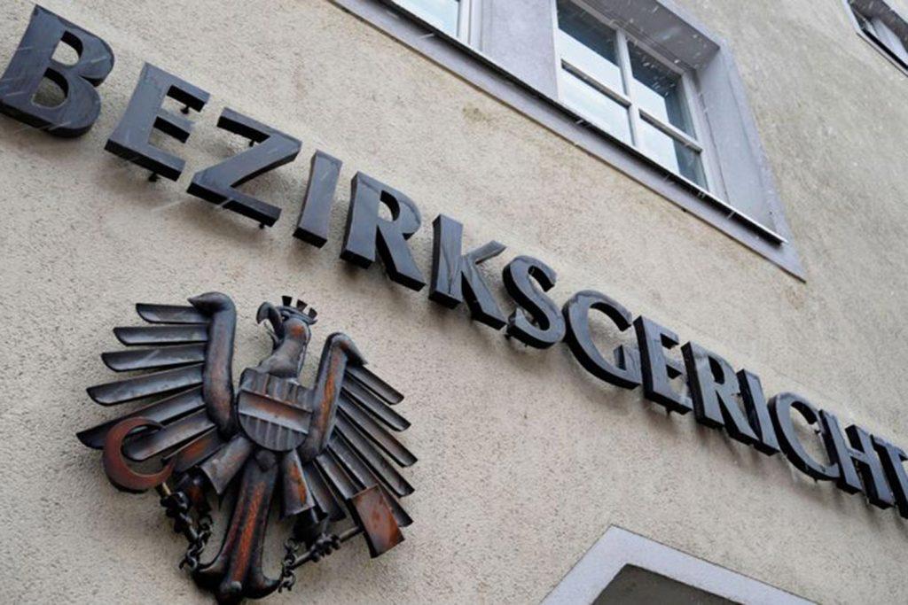 Bezirksgericht Schriftzug und Wappen an Hausmauer