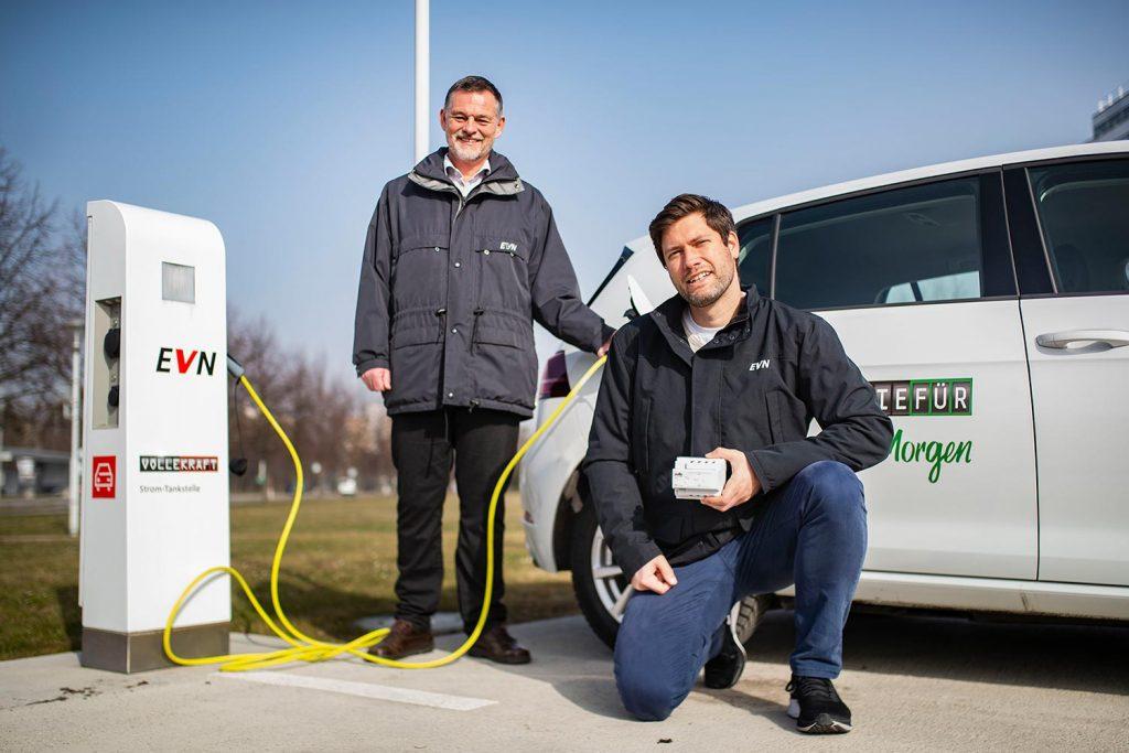 Die EVN-Experten Wolfgang Vitovec und Christian Lechner vor e-Auto und e-Tankstelle.