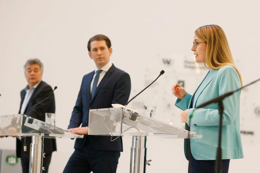 Werner Kogler, Sebastian Kurz und Margarete Schramböck bei einer Pressekonferenz