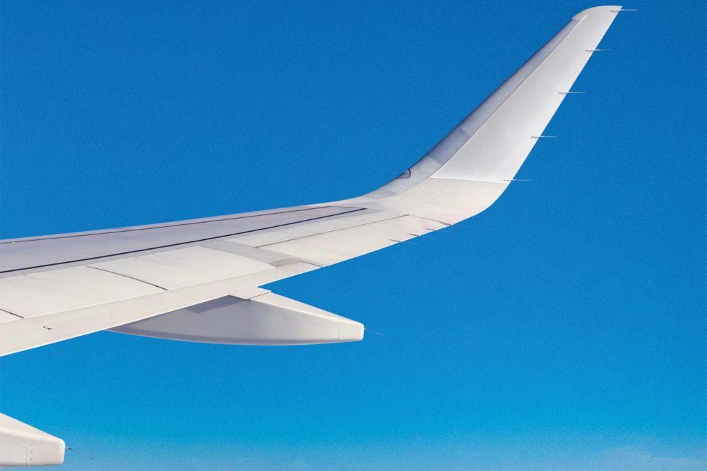 Fulgzeugflugel vor Himmel