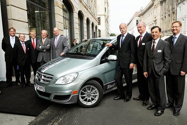 Gruppenfoto vor Auto