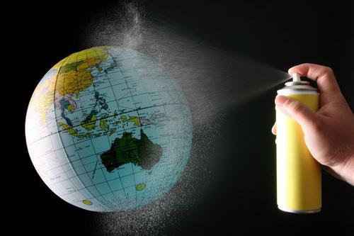 Spraydoose sprüht auf Erdkugel
