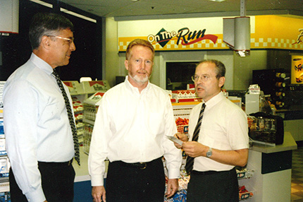 "John Anderson und Peter Destler von Mobil Oil Corporation in Fairfax undKurt Belyus erläutern die Philosophie der ""Mobil on the Run""Fourcourt Convenience Stores (vlnr)."