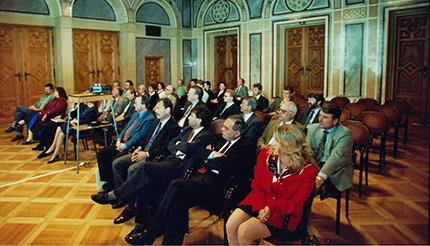 Gespannte Aufmerksamkeit beim internationalen Teilnehmerkreis