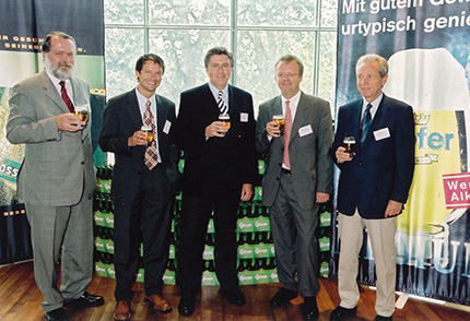 """""""Die Bewertung alternativer Kraftstoffe für die Umwelt"""". Im Bild (vlnr) Dr. Josef Zeiner (OMV), Dr. Günther Fischhaber (Audi), Dr. Claus Picard (Shell),Dr. Stefan Schrahe (Opel) und Dr. Bernd Nierhauve (Aral)"""