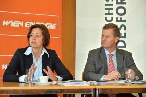 Dr. Susanne Zapreva, Geschäftsführerin von Wien Energie und Dr. Georg Erlacher, Vorstandssprecher der Österreichischen Bundesforste, können bei dem gemeinsamen Wald-Biomasse-Kraftwerk Simmering schon seit Betriebsbeginn eine sowohl ökologisch als auch wirtschaftlich positive Bilanz ziehen.